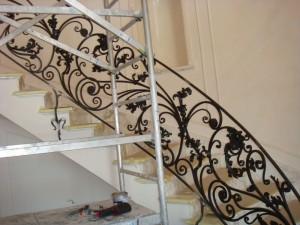 черные кованые перила к светлой лестнице