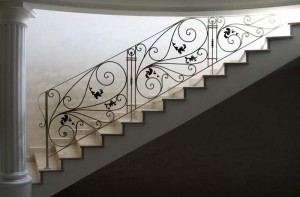 недорогие кованые перила для длинной лестницы