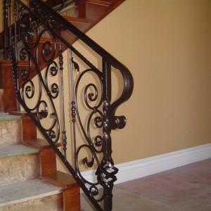 кованые перила для лестницы темного цвета