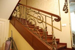 перила для лестницы дерево и кованый металл