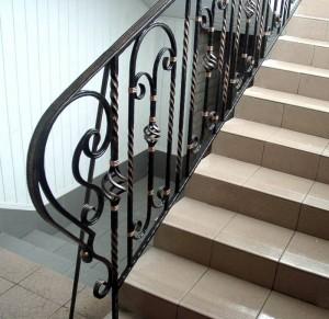 кованые перила для лестницы с металлическими балясинами