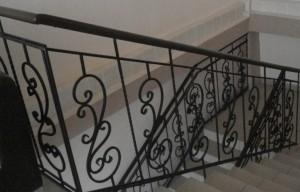 сварные перила для большой маршевой лестницы