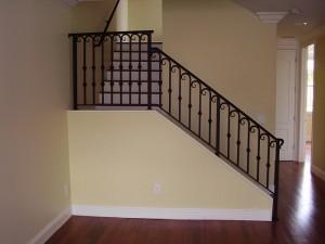 перила для лестницы на второй этаж частного дома