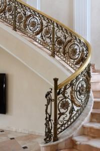 кованые перила для большой лестницы на второй этаж