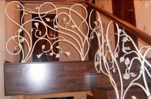 белые кованые перила для деревянной лестницы