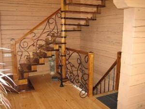 деревянные перила сковаными элеменами для деревянной лестницы
