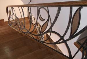 деревянная лестница с коваными перилами