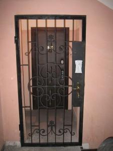 сварная решетка перед входными дверями