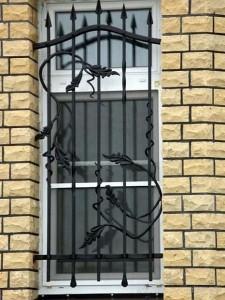кованая решетка на высоком окне