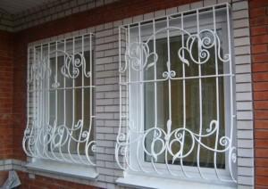 белые решетки на пластиковых окнах