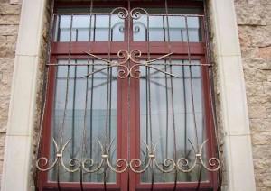 решетки на деревянных окнах