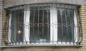 сварные решетки с коваными элементами на окнах