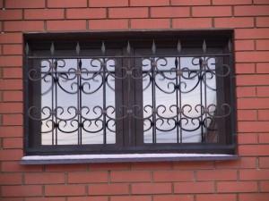 кованая решетка на маленькое окно