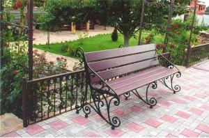 недорогая кованая скамейка для дачи и сада