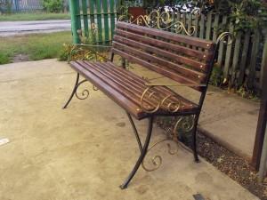 простая недорогая садовая скамейка