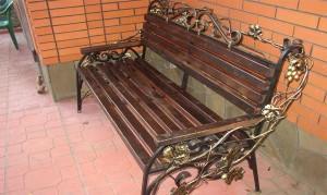 массивная садовая скамейка с ковкой