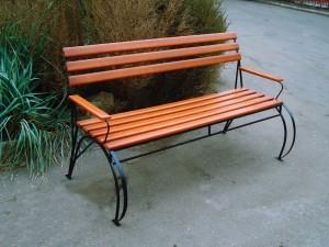 кованая скамейка с деревянными подлокотниками