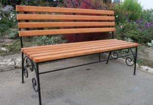 простая скамейка со спинкой для дачи