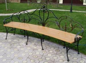 кованая скамейка со спинкой и подлокотниками