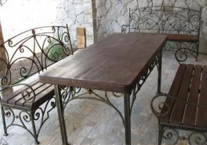 кованый стол и скамейки от производителя