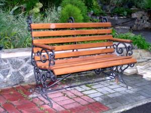 кованая скамейка с подлокотниками