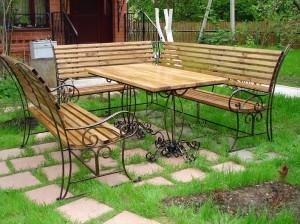 кованый стол и скамейки садовые