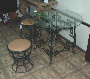 стол обеденный с коваными стульями в столовую