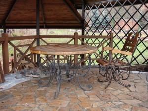 кованый стол и кованые кресла с деревом