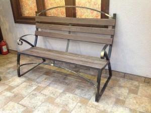 кованая скамейка и стол
