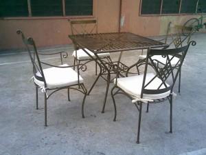 кованый стол и стулья с подушками