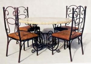 стол с мраморной столешней и кованые стулья