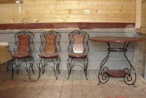 столы и стулья кованые в ресторан