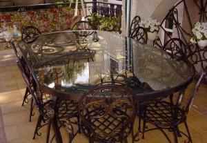 стол стеклянный с ковкой и кованые стулья
