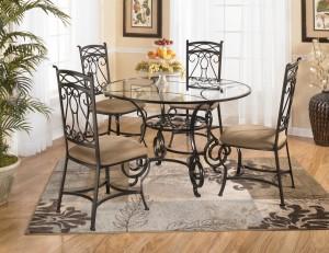 кованый стол и стулья в залу