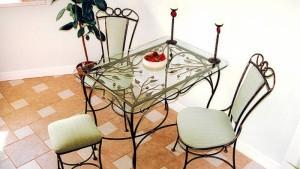 еухонный кованый стол со стульями в комплекте