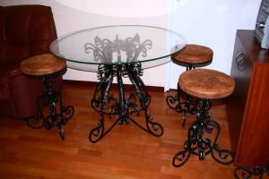 кованый обеденный стол и 3 банкетки