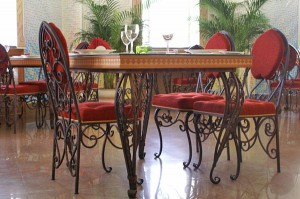 эксклюзивный комплект из кованого стола и стульев красный