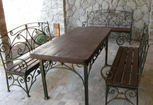 кованый стол с лавками для дачи