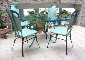 кованый стол и мягкие стулья в столовую