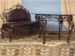 кованый стол и кованый диванчик