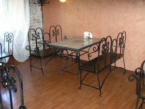 обеденный стол и 2 лавки кованые