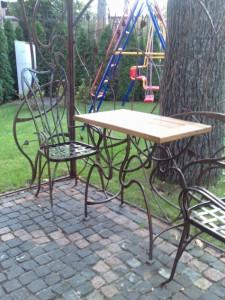 комплект из кованого столика и 2 стульев для сада