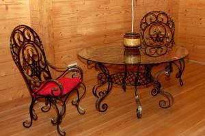 журнальный столик и кованое кресло