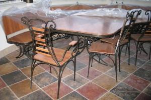столик из дерева с ковкой