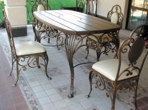 обеденный стол и кованые стулья