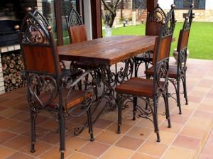 коплект из стола и стульев кованых с деревом