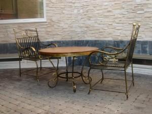 кованый стол и 2 кованых стула