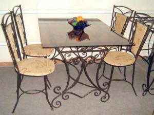 кованый стол и 4 стула с оббивкой