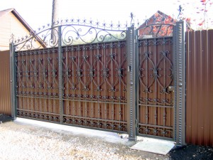 ворота из профнастила с кованными жлементами
