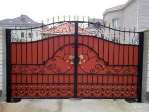 сварные ворота с ковкой для дома